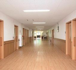 広々とした廊下は、歩行訓練の場所としても活用しています。